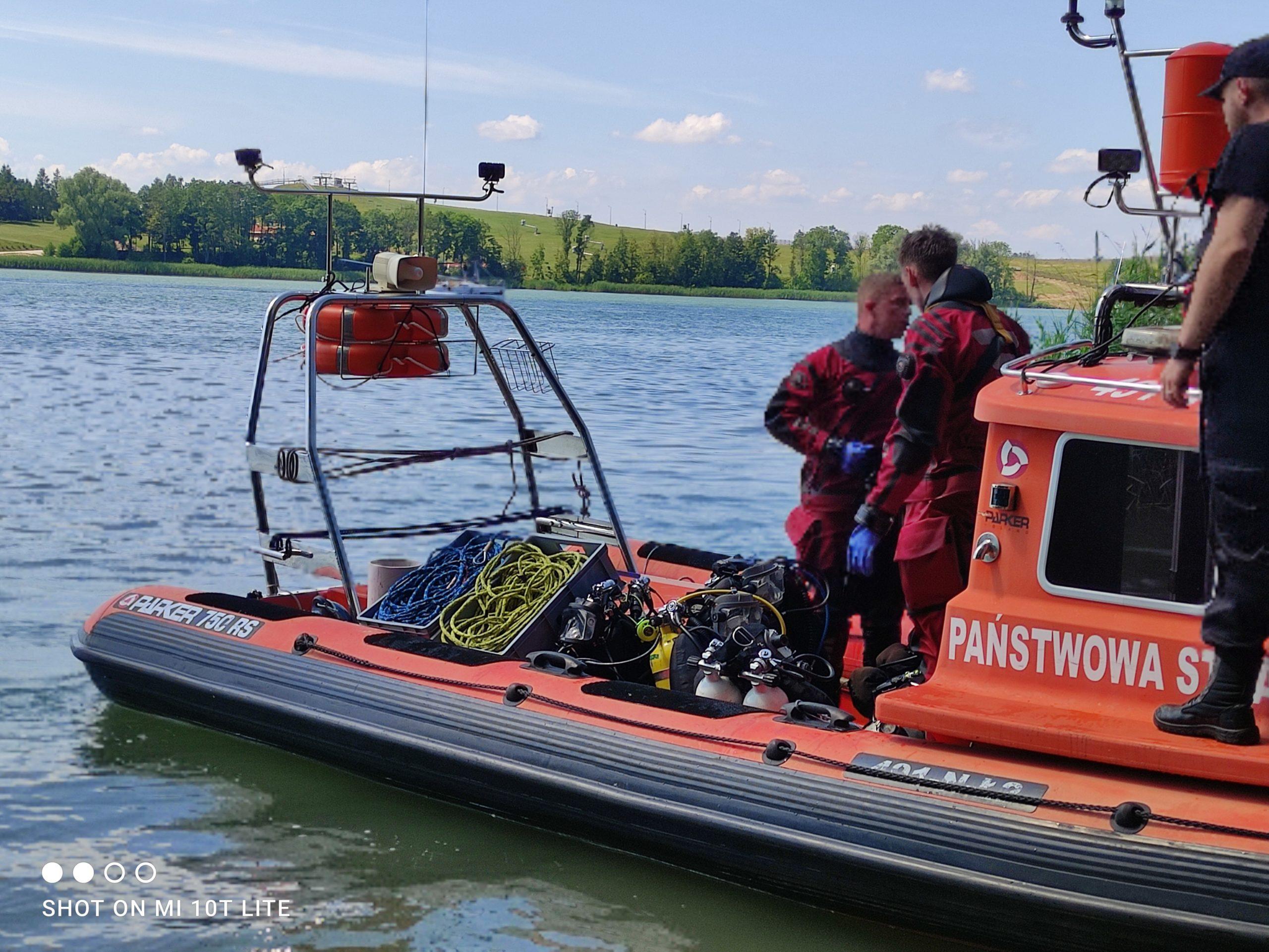 Helikopter w jeziorze Tałty. Akcja strażaków trwała ponad 9 godzin